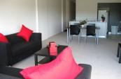 Obývací pokoj ve studentském apartmánu, který sdílí až studenti anglického jazyka, Browns Brisbane Austrálie