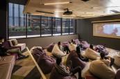 V jednom z ubytování mohou studenti angličtiny využívat i kino, Browns Brisbane Austrálie