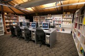Knihovna s různými studijními materiály pro studenty, AIT Sydney, Austrálie
