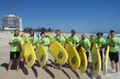 Studenti anglického jazyka během lekce surfování v australském Perthu, Milner College