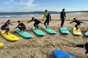 Studenti mají možnost vyzkoušet si i lekce surfování, SELC Sydney, Austrálie