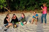 Studenti odpočívají na jedné z místních krásných pláží, Cairns College of English Austrálie
