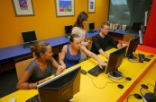 Počítačová učebna ve škole Cairns College of English, Austrálie