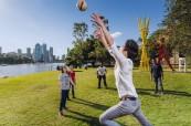 Studenti angličtiny hrají v parku fotbal, Lexis Brisbane, Austrálie