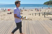 Student anglického jazyka na pláži, Lexis Byron Bay, Austrálie