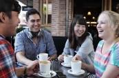 Anglický jazyk je skvělé procvičovat nejenom během výuky, ale také s přáteli při odpolední kávě, Access Language Center, Sydney, Austrálie