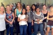 Studenti odborné školy Sterling Business College v Perthu v Austrálii s maskotem školy