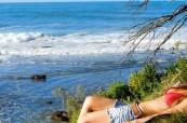 Studenti rádi relaxují po výuce na krásných plážích, kterými je Byron Bay obklopena, Lexis, Austrálie
