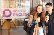 Studenti před jazykovou školou Discover English v Melbourne