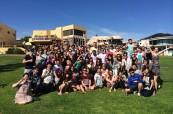 Studenti před budovou školy Lexis Perth v Austrálii