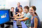 Studenti anglického jazyka na škole SELC Bondi v Sydney, Austrálie