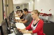 Studenti jazykového kurzu v počítačové učebně, Browns Brisbane Austrálie