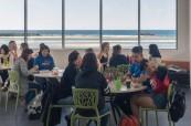 Společenská místnost, kde studenti mohou konverzovat a procvičovat anglický jazyk se svými spolužáky i mimo výuku, Lexis Sunshine Coast, Austrálie