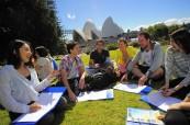 Studenti během výuky anglického jazyka v parku, SELC City, Austrálie