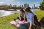 Studenti angličtiny v jednom z mnoha parků, které se v Brisbane nachází, Lexis Brisbane, Austrálie