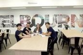 Studenti jazykového kurzu angličtiny Discover English v Melbourne v novém hezky vybaveném moderním kampusu školy