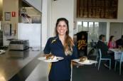 Studentka během své brigády, protože na studentská víza může student v Austrálii pracovat, Lexis Noosa Heads, Austrálie
