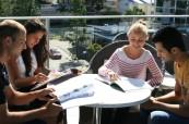 Studenti mají chvilku samostudia, Lexis Noosa Heads, Austrálie