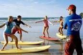 Studenti si mohou ke studiu angličtiny vybrat různé zaměření, oblíbené jsou například lekce surfování, BROWNS Gold Coast Austrálie
