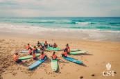Studenti během lekce surfování, College of Sports and Fitness - CSF, Sydney, Austrálie