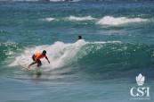 Studenti během lekce surfování, College of Sports and Fitness, Sydney, Austrálie