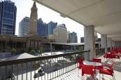 Terasa patřící jazykové škole Browns v Brisbane sloužící k posezení, Austrálie