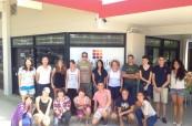 Studenti jazykového kurzu angličtiny před budovou školy Lexis v Noosa Heads, Austrálie