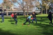 Studenti tráví volný čas spolu i po skončení výuky, SACE Adelaide Austrálie