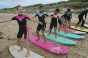 Studenti milují lekce surfování, SELC Bondi, Sydney, Austrálie