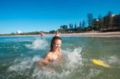 Oceán, který se nachází jen pár kroků od nové moderní budovy jazykové školy Lexis, Sunshine Coast, Austrálie